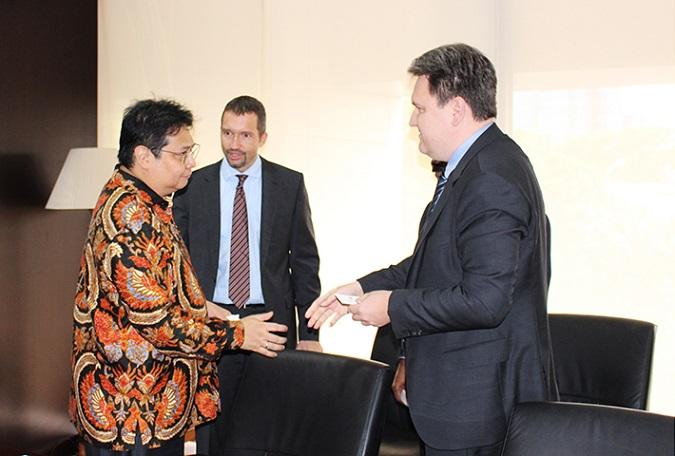Menteri Perindustrian Airlangga Hartanto bersama Christian Dressler dari Lenzing AG dan Kumar Ramalingam dari PT SPV di Jakarta, Rabu (8/3/2017)/Foto: Dok. Humas Kemenperin