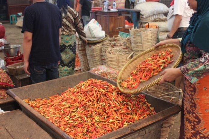 Penjual Cabai di Pasar Induk Kramat Jati/Foto Richard Andika / NUSANTARAnews