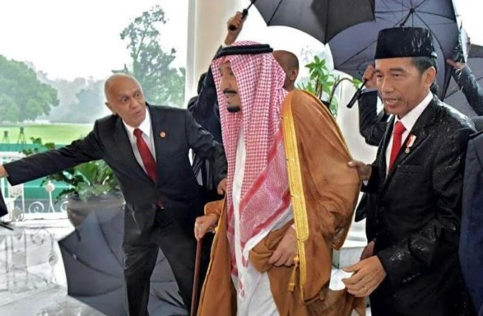 Presiden Jowi dampingi Raja Ralman saat hujan mengguyur deras/Foto: Dok. Presidential Palace/Agus Suparto