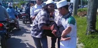Salah satu massa aksi di Bekasi usai kena gas air mata/Foto Istimewa