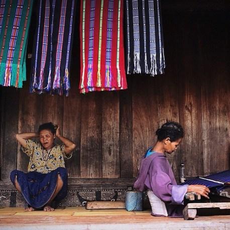 Masyarakat Adat Bena Tampak Menenun Kain/Foto via pemandu wisata UNJ/Nusantaranews