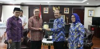 Serah terima Plakat antara Ketua MPR RI, Zulkifli Hasan, dan Ketua Ombudsman RI, Amzulian Rifai (Dok. Humas MPR RI)
