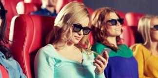 Wanita Melinial asik nonton sesuatu di smartphonenya ketika sedang nonton di bioskop   Polygon