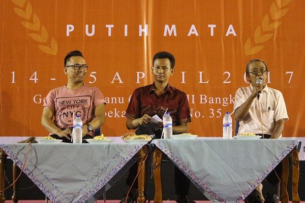 Tia Setiadi bersama Penyair Iman Budhi Santoso saat mengisi acara