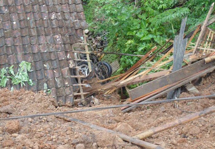 Mobil Sedan tertimbun tanah longsor di Ponorogo. Foto Muh Nurcholis