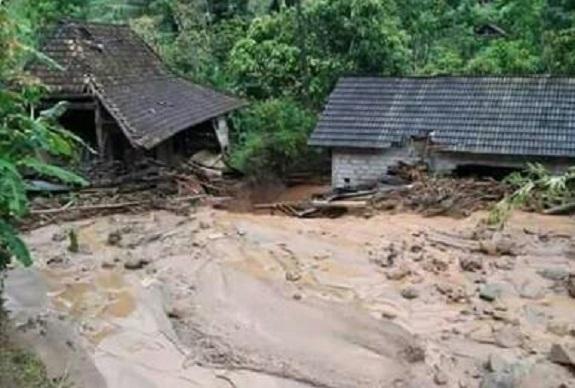 Setelah Longsor, Ponorogo Diterjang Banjir Lumpur. Foto Nurcholis