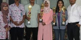 Mahasiswa membawa piala kejuaraannya foro bersama Wakil Rektor III UMK, Dekan dan Wakil Dekan III Fakultas Ekonomi UMK. Foto Rosidi/ Humas UMK