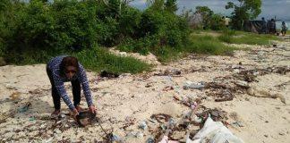 Menteri Susi bersih-bersih sampai di pantai. Foto: Dok. Humas KKP
