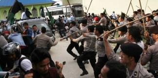Polisi saat memukul mundur pengunjuk rasa/Foto via Antara/Nusantaranews