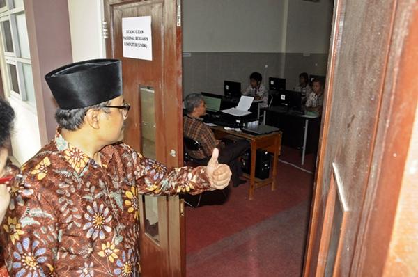 Wagub jatim meninjau pelaksanaan UNBK di SMANOR sidoarjo. Foto Tri Wahyudi