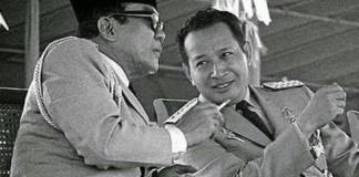 Soekarno dan Soeharto tampak sedang merokok bersama/Foto Istimewa/Nusantaranews