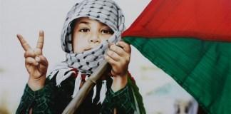 Bocah Palestina mengacungkan dua jari perdamaian pada dunia. Foto: Dok. Gazanews