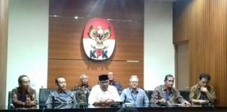 Mantan Ketua KPK, Taufiequrachman Ruki (Tengah) saat halal bihalal di Gedung KPK, Jumat, (7/7/2017). Foto Restu Fadilah/ NUSANTARANEWS