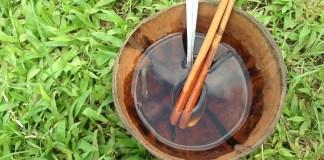 Teh daun kopi yang sudah ditambah gula dan diaduk dengan kayu manis. Teks dan Foto: eanindya