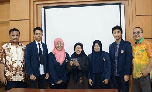 Tim perancang Sadari 3D Hologram Berbasis Android foto bareng dosen Fakultas Teknik UMK. Foto Rosidi/ NUSANTARANEWS.CO