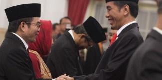 Yudi Latif bersalaman dengan Presiden Jokowi usai dilantik menjadi Kepala UKP-PIP. Foto: Dok. Tirto.id