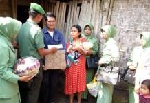 Danramil 0808/07 Ponggok Kapten Inf Nur Chamim menemui rumah Mardiyah dan menyerahkan bantuan kepada sang Balita yang tak bernasib baik itu, Minggu (20/08/17). Foto amrin08