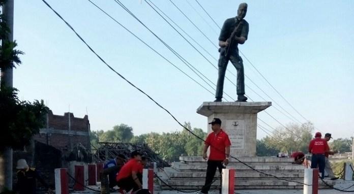 Kerjabakti membersihkan Monumen Perjuangan di Ngantru. Foto: Dim07
