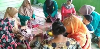 Pelatihan menganyam dan membuat kreasi bunga dari kantong plastik untuk kaum ibu-ibu oleh Mahasiswa KKN Unsyiah. Foto Najmi/ NUSANTARANEWS.CO