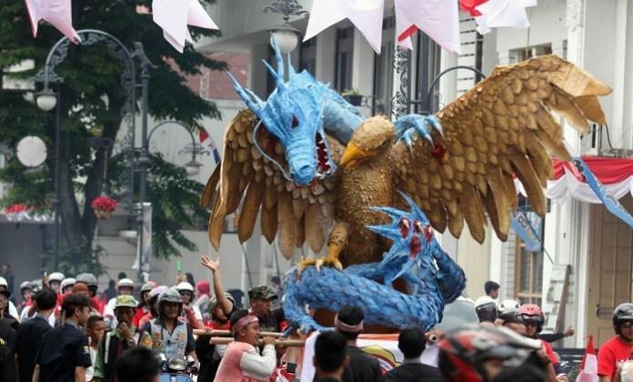 Patung Garuda Terbelit Naga dalam karnaval kemerdekaan. Foto Istimewa/Net