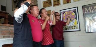 Salman, Pengurus Gerakan Suporter Indonesia (GSI), dua dari kanan (berkaos kerah warna merah. Foto Sulaiman/ NusantaraNews.co)
