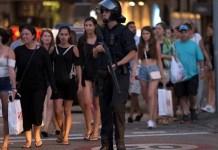 Polisi bersenjata lengkap disiagakan di sekitar lokasi. Foto: Stringer/ Reuters.