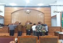 Sidang lanjutan praperadilan Setya Novanto dimulai di Pengadilan Negeri Jakarta Selatan pada Senin (25/9). Agendanya adalah penyampaian bukti dari kedua belah pihak. Untuk tim kuasa hukum Setya Novanto, diberikan kesempatan untuk melengkapi bukti-bukti yang belum diserahkan sebelumnya. (Foto: Restu Fadilah/NusantaraNews)
