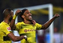 Striker Borussia Dortmund Pierre-Emerick Aubameyang merayakan golnya ke gawang Borussia Monchengladbach dalam lanjutan Bundesliga pada Ahad (24/9) dinihari WIB. (Foto: AFP)