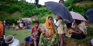 """Halima dipukuli oleh gerombolan di depan anak-anaknya saat ia melarikan diri ke Bangladesh. Dalam foto ini dia sedang menunggu di luar kamp Kutupalang bersama orang lain untuk mencari tahu kemana mereka bisa pergi selanjutnya. """"Siapa yang akan membawa kami?"""" tanya Halima putus asa. (Teks & Foto: Mahmud Hossain Opu-Al Jazeera)"""