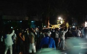 Minggu malam 17 September 2017 sekitar pukul 21.00 hingga Senin 18 September dini hari ratusan massa datang mengepung gedung LBH. Foto: Istimewa
