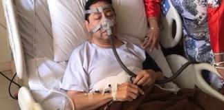 Ketua DPR RI, Setya Novanto (Setnov) tampak terbaring di RS Premier Jakarta dengan selang yang terpasang ke hidungnya adalah alat bantu untuk mengatasi sinus. Di tangannya tampak ada tasbih. (Foto: Istimewa/Andika)