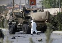 Seorang pejabat Afghanistan menyelidiki sebuah konvoi Denmark yang rusak di lokasi serangan bom mobil di Kabul, Afghanistan pada 24 September 2017. (Foto: Omar Sobhani/Reuters)