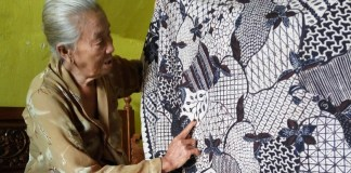 Kisah Mbah Acum, Pembatik Tulis Tradisional Tertua di Banyuwangi. (Foto Dok. Detik/Nusantaranews)