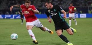 Aksi Victor Lindelof satu-satunya dalam laga kompetitif Manchester United kala melawan Real Madrid di Piala Super Eropa. (Foto: Reuters)