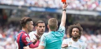 Momen Marcelo diganjar kartu merah oleh wasit Alejandro Hernandez pada menit ke-89 Real Madrid kontra Levante di Santiago Bernabeu, Sabtu (9/9) malam WIB. (Foto: Denis Doyle/Getty Images)