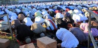 Orang Bersujud/Foto via balinews/Nusantaranews