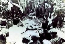 Pengangkatan jenazah para Jenderal yang dikubur di Lubang Buaya. Foto: Crop/ NusantaraNews.co