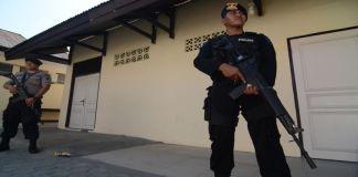 Polisi membawa senjata. (Foto Abtara/Basri Marzuki)