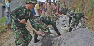 karya bakti pembuatan talud di Desa Poncol yang dilakukan oleh Kodim 0804/Magetan. Foto Timbul M/ NusantaraNews.co