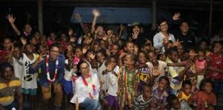 Tim Ditjen EBTKE Kementerian ESDM bersama anak-anak desa Amdui. Foto: Dok. Humas Ditjen EBTKE