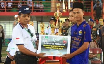 Umarudin Masdar Serahkan trofi untuk suporter tersantun/Foto Dok Pribadi/Nusantaranews