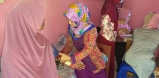 Bidan Dewi, bidan Ririt, bidan Nurul dan perawat kesehatan Hermanik dan Pangestuti berikan pelayanan kesehatan gratis kepada warga desa Meduri, Bojonegoro. (Foto: Dok.Penrem/Istimewa)