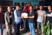 Grup Facebook Ponorogo Peduli Serahkan Donasi Buat Mbah Sri . Foto Muh Nurcholis/ NusantaraNews