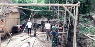 Sejumlah personil Tentara perbaiki rumah Janda Renta Bu Jum. Foto Koramil Sumbersari/ NusantaraNews