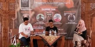 "Founder BCCF Dimas Indiana Senja (tengah) dan Teaterawan cum Penyair Lukman Suyanto (kanan) Budah buku puisi bahasa Bumiayuan ""Sambetan"", dalam rangka menyemarakkan Bulan Bahasa dan Sumpah Pemuda oleh BCCF di gedung eks Kawedanan Bumiayu, Minggu (29/10). Foto: Dok. BCCF/ NusantaraNews"