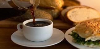 Ilustrasi: Kopi dan roti gulung. (Foto: Pixabay)