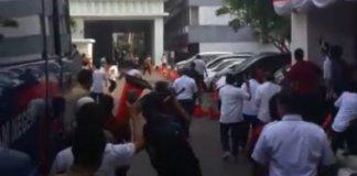 Massa geruduk kantor Kemendagri (Foto via merdeka)