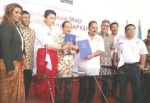 Mantan Menteri BUMN, Tanri Abeng (tengah) diangkat sebagai ketua dewan penasihat Asosiasi Pedagang Kaki Lima Indonesia (APKLI). (Foto: Dok.Istimewa)