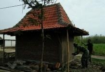 TNI Bangun Poskamling di TMMD. Foto Wahyu/ Timbul/ NusantaraNews