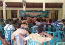 Serda Supardi, anggota Babinsa Koramil 0805/01 Ngawi, Kodim 0805/Ngawi yang menularkan ilmunya dengan menjelaskan kepada kurang lebih 60 orang warga yang hadir bagaimana cara membuat pupuk organik. (Foto: Wahyu)